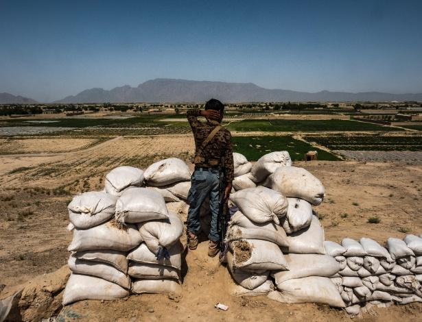 Policial afegão observa província de Farah, próxima à fronteira com o Irã