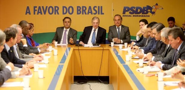 09.ago.2017 - Ao lado do presidente licenciado do PSDB, Aécio Neves (e), o presidente interino do partido, Tasso Jereissati, comanda reunião da executiva nacional da sigla em Brasília