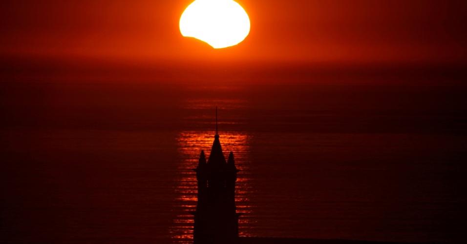 21.ago.2017 - Chapelle Saint-They, na França, é vista sob e eclipse parcial do Sol