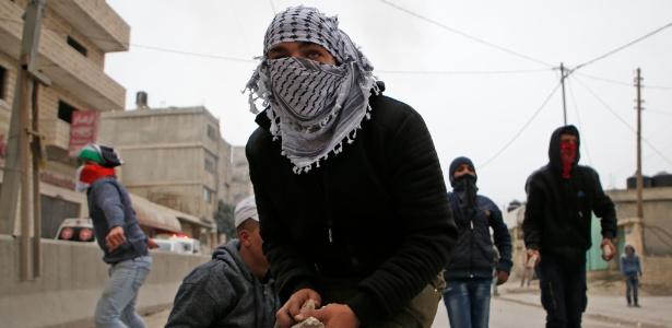 Pedras e fogo: cerca de mil manifestantes participaram de protesto em territórios da Cirjordânia - Abbas Momani/AFP Photo