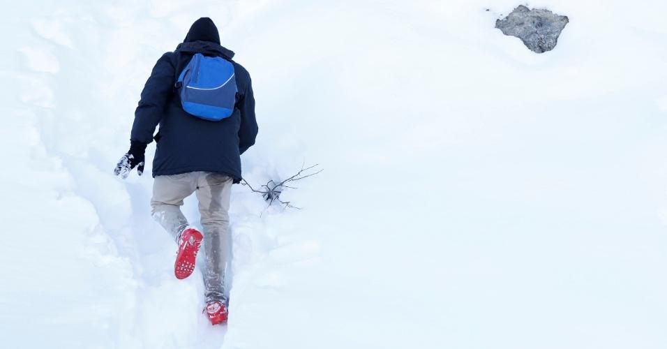 Imigrantes caminham na neve dos Alpes, tentando chegar à França