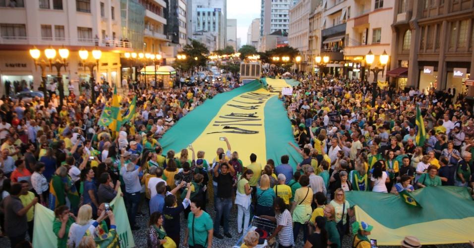 3.abr.2018 - Manifestantes erguem uma grande faixa em verde e amarelo durante protesto com o ex-presidente Luiz Inácio Lula da Silva, na Boca Maldita, em Curitiba (PR)