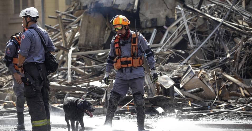 1º.mai.2018 - Com o auxílio de cães farejadores, bombeiros percorrem os escombros do edifício que desabou no centro de SP à procura de possíveis sobreviventes
