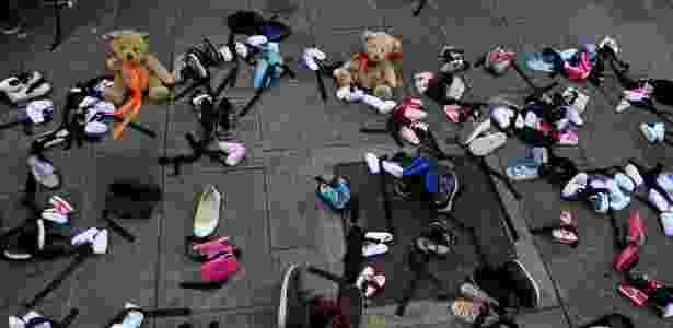 Sapatos de crianças são deixados em calçada em Dublin em protesto pela visita do papa - Clodagh Kilcoyne/Reuters