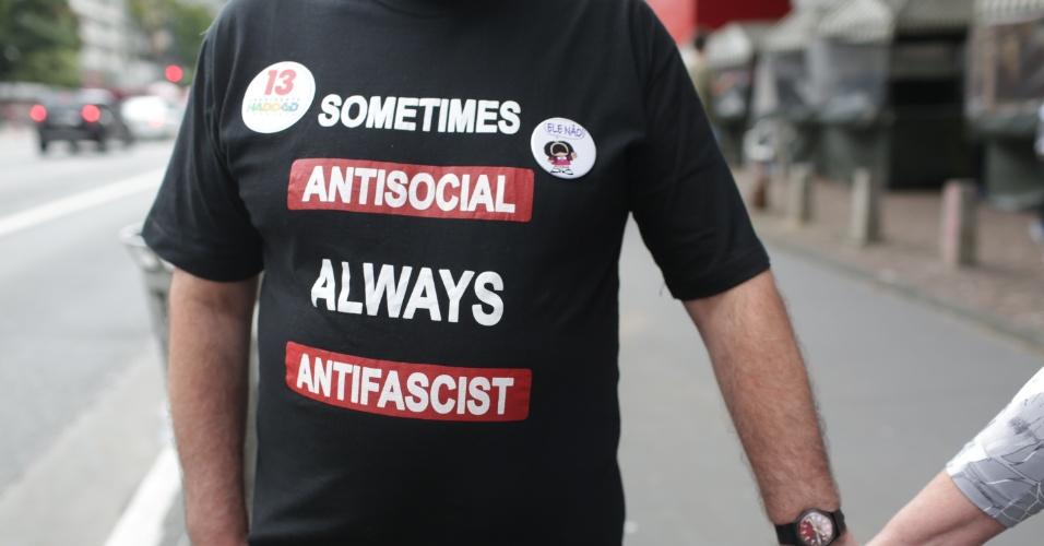 28.out.2018 - Eleitor veste camiseta em protesto ao candidato à presidência Jair Bolsonaro (PSL) na Avenida Paulista em São Paulo
