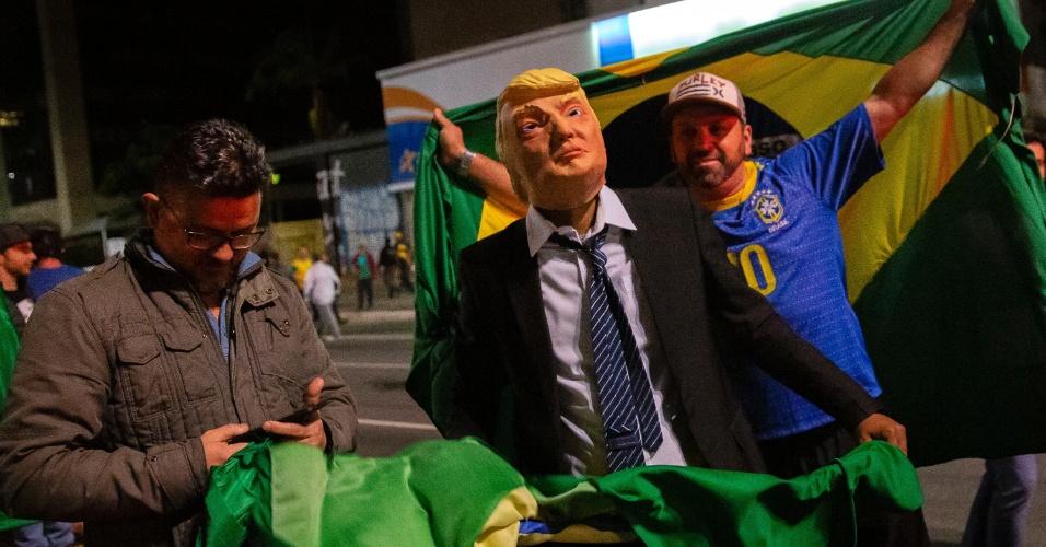 28.out.2018 - Apoiadores do presidenciável Jair Bolsonaro (PSL) comemoram a confirmação da vitória no segundo turno das eleições, na Avenida Paulista, em São Paulo