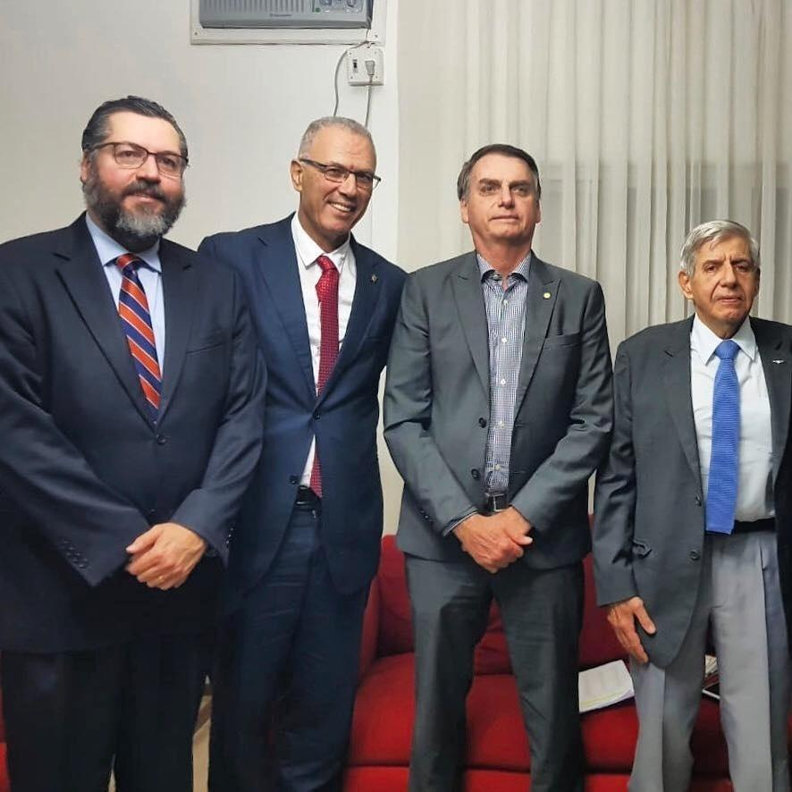 O presidente eleito, Jair Bolsonaro, recebeu a visita do embaixador de Israel, Yossi Shelley, do futuro chanceler, Ernesto Araújo, e do futuro Ministro de Estado Chefe do Gabinete de Segurança Institucional, General Heleno