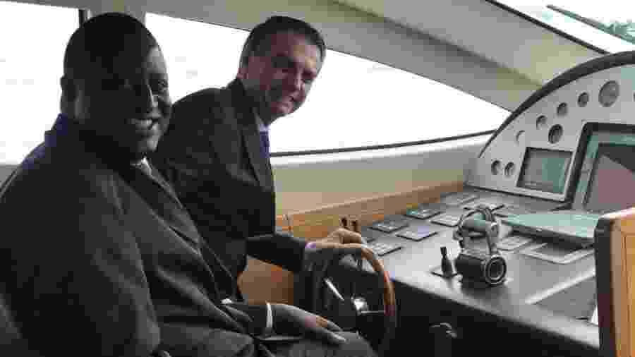 Bolsonaro e o deputado federal eleito Hélio Negão (PSL) chegam a evento da Marinha, no Rio - Divulgação