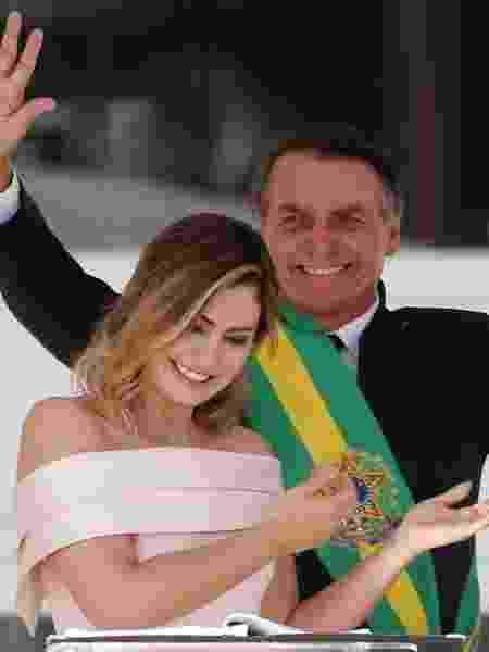 Em libras Michelle Bolsonaro apresenta Jair Bolsonaro ao público durante a posse e ele agradece também em libras - Sergio Moraes/Reuters