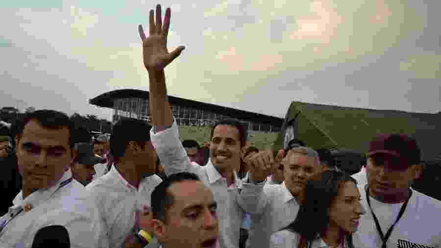 """22.fev.2019 - O autodeclarado presidente interino da Venezuela, Juan Guaidó, vai ao """"Venezuela Live Aid"""", acompanhado do presidene da Colômbia, Juan Duque (ao seu lado) - LUIS ROBAYO/AFP"""