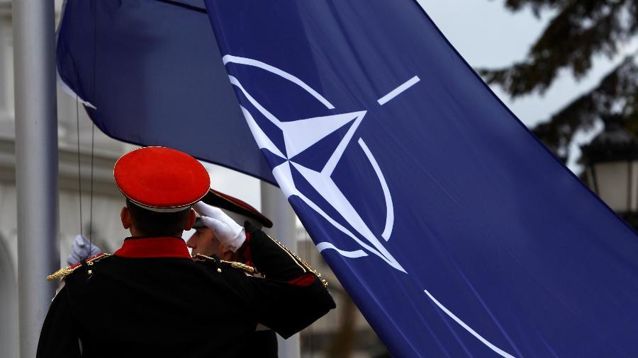 Guarda bate continência para bandeira da Otan na Macedônia - OGNEN TEOFILOVSKI/REUTERS