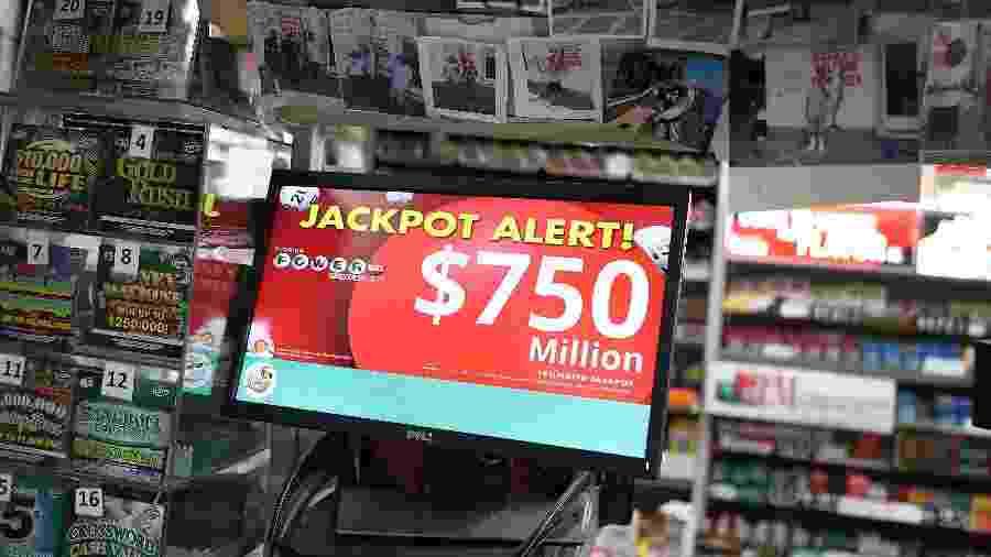 26.mar.2019 - Anúncio de sorteio da loteria americana Powerball, a responsável por entregar quatro dos cinco maiores prêmios do mundo - Joe Raedle/Getty Images/AFP