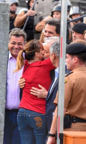 O ex-presidente Lula abraça a filha Lurian ao deixar a prisão em Curitiba
