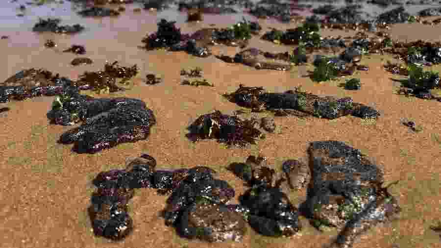 Óleo em praia de Salvador, na Bahia - Antonello Veneri / AFP