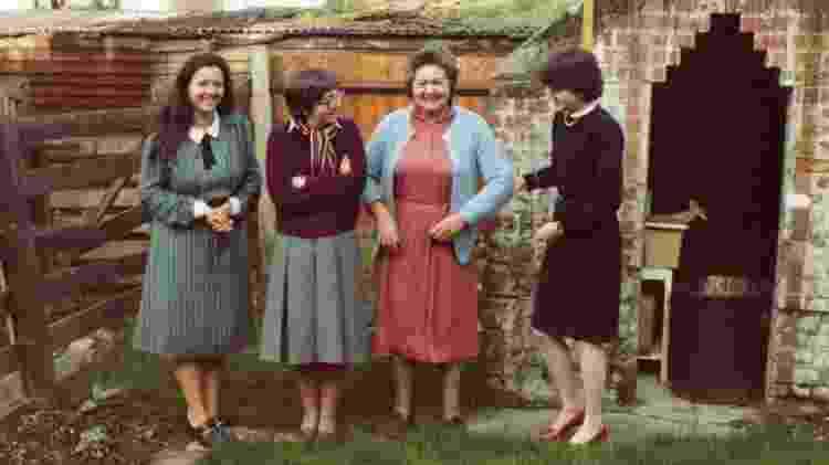 Norma e Mary (terceira da esquerda para a direita), com a mãe de Crispin Belcher e irmã, de pé em seu jardim na região de Croydon, em Londres, nos anos 1980 - Crispin Belcher