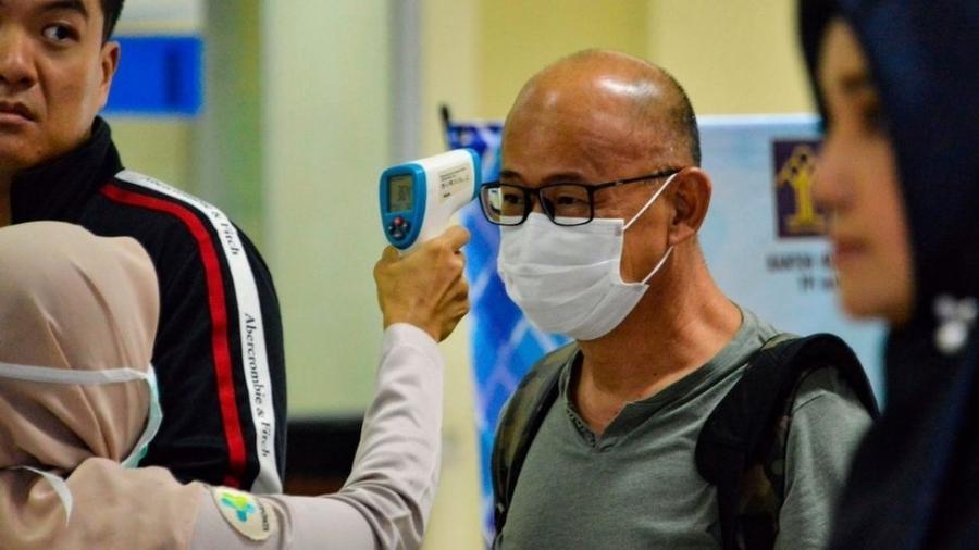 """Passageiro tem sua temperatura checada na Indonésia; OMS orientou que """"o mundo inteiro esteja em alerta"""" para o coronavírus - Getty Images"""