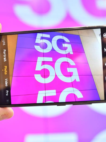 Celular focando o símbolo do 5G em Londres - Justin Tallis/AFP