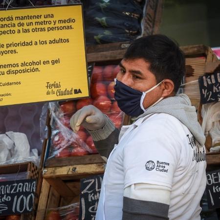 12.mai.2020 - De máscara, feirante organiza sua barraca em Buenos Aires; Argentina seria um dos países mais afetados da América Latina por crise em caso de 2ª onda da covid-19 - Marcelo Endelli/Getty Images