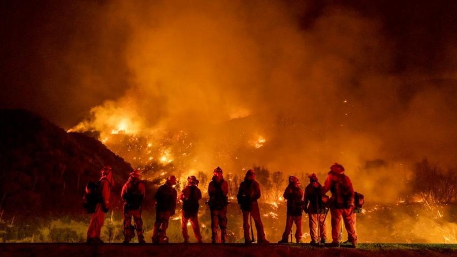 """""""Incêndio El Dorado"""": Bombeiros tentam conter fogo na Floresta Nacional de San Bernardino, na Califórnia (EUA), no ano passado - Kyle Grillot/The Washington Post via Getty Images"""