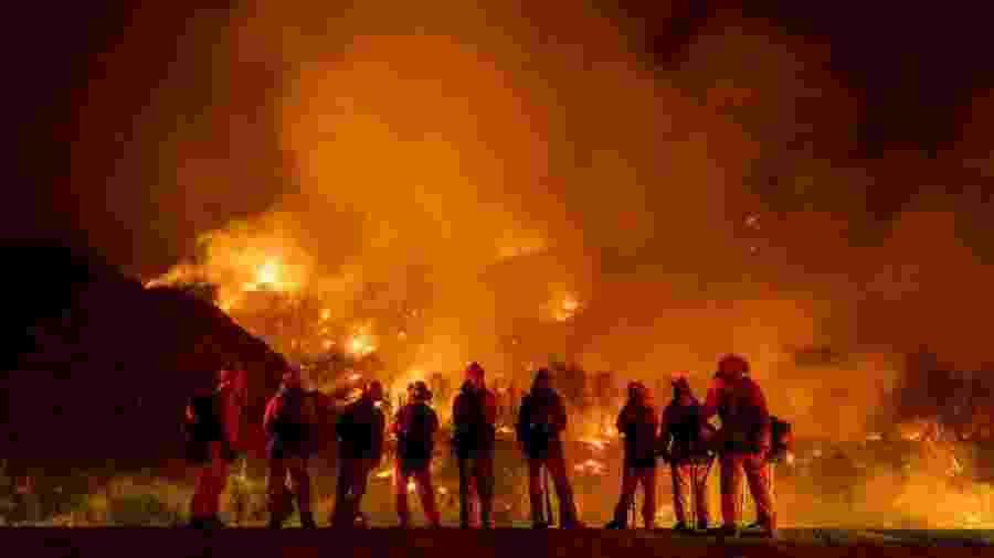 """""""Incêndio El Dorado"""": Bombeiros tentam conter fogo na Floresta Nacional de San Bernardino, na Califórnia (EUA) - Kyle Grillot/The Washington Post via Getty Images"""