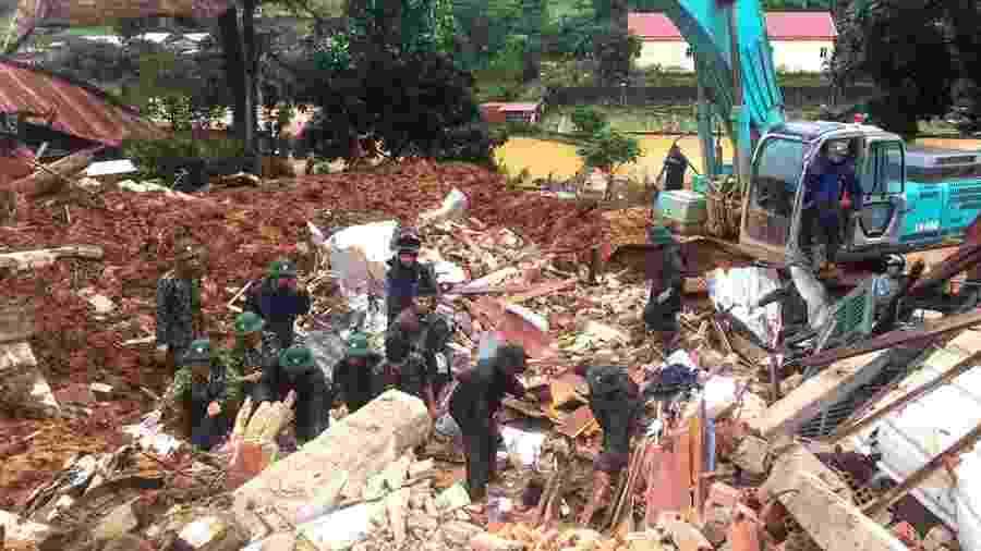 18.out.2020 - Militares procuram soldados desaparecidos após deslizamento de terra no Vietnã - STR / Vietnam News Agency / AFP