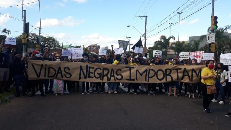 Manifestação em frente à loja do Carrefour em Porto Alegre (RS) onde João Alberto Silveira Freitas, 40, foi espancado até a morte - Hygino Vasconcellos/Colaboração para o UOL