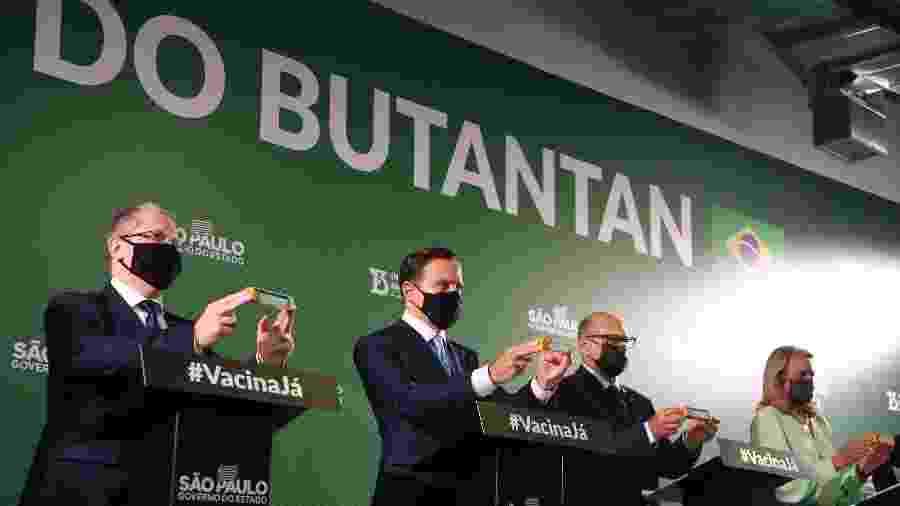 Governador de São Paulo, João Doria (PSDB), mostra caixa da CoronaVac ao lado do secretário de Saúde, Jean Gorinchteyn (esquerda), e o diretor do Instituto Butantan, Dimas Covas - Divulgação