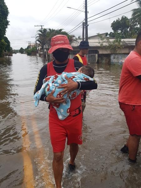 Aluno-cabo Leandro Simões resgatou bebê de quatro meses durante enchente no Acre, na semana passada - Corpo de Bombeiros do Acre - 7°BEPCIF