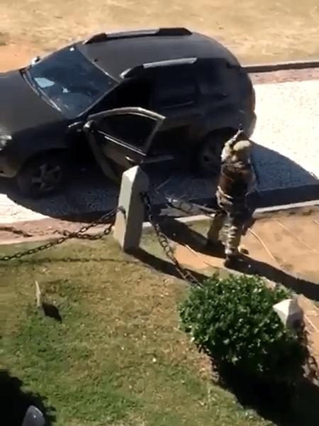 Soldado da PM tem surto psicológico e atira para o alto em frente ao Farol da Barra, em Salvador - Reprodução/Twitter