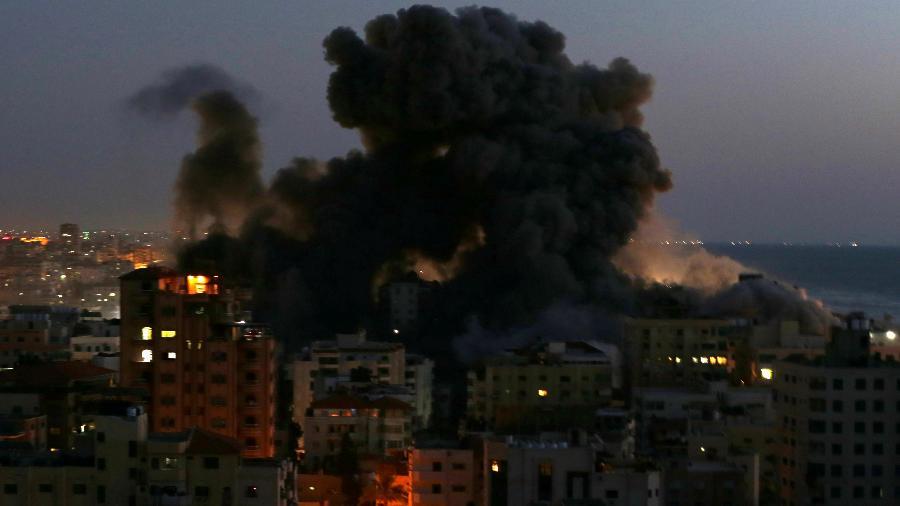 Fumaça sobe de um prédio depois que ele foi destruído por ataques aéreos israelenses em meio a uma explosão de violência israelense-palestina, em Gaza - Ibraheem Abu Mustafa/Reuters