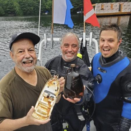 Dieter Mueller, Dave Davison e Adam Blokzyl comemoram o sucesso da busca pelo uísque submerso - Arquivo Pessoa/Dieter Mueller