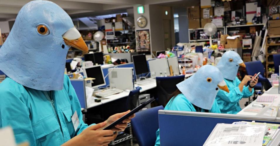 28.out.2015 - Funcionários de uma empresa japonesa de brinquedos se fantasiam de pássaros durante festa de Dia das Bruxas em sua sede em Tóquio