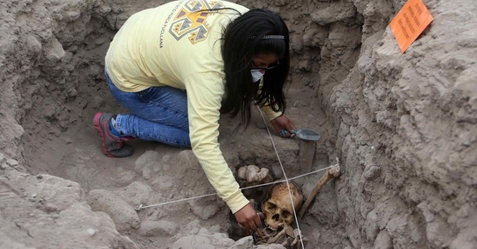 26.nov.2015 - Arqueóloga estuda ossada encontrada em local conhecido como Huaca Pucllana, em Miraflores, Lima (Peru), após descobrirem quatro tumbas pertencentes à cultura pré-hispânica ichma, civilização que existiu na costa central do Peru entre os anos de 1000 a 1450 d.C. Os corpos de três mulheres e um homem foram encontrados em cima da Grande Pirâmide em tumbas individuais. Todos eles estavam sentados, envolvidos com tecidos e cordas, e foram enterrados com oferedas, como tigelas de cerâmicas, mate e instrumentos ligados à atividade têxtil
