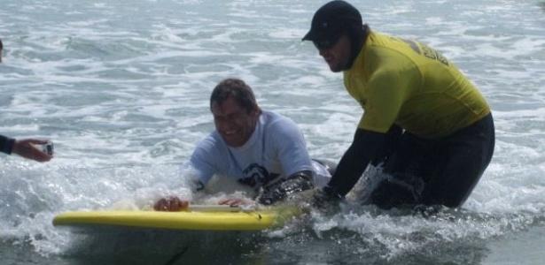 Prancha adaptada tem barra frontal que ajuda surfista a se movimentar com estabilidade