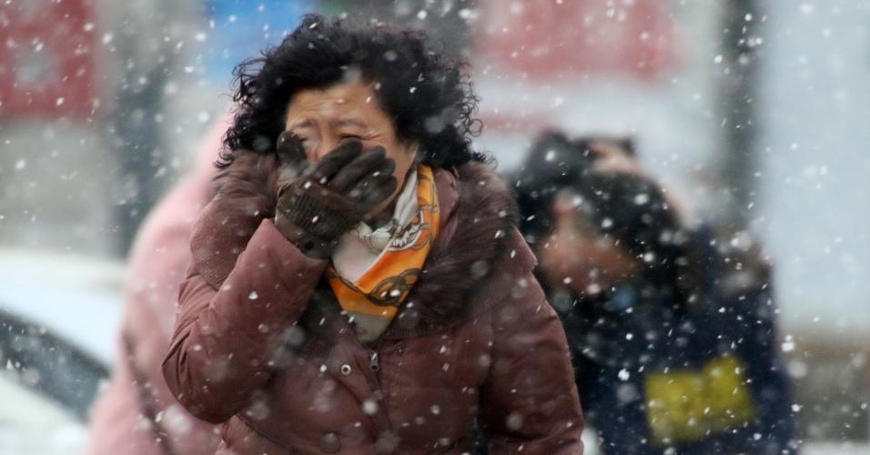 14.fev.2016 - Mulher anda sob nevasca em Yantai, no leste da China. O país vem enfrentando um rigoroso inverno, com as temperaturas mais baixas dos últimos 30 anos