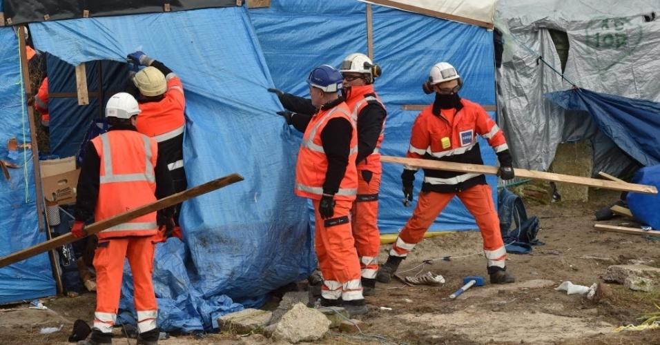 29.fev.2016 - Agentes desmontam um acampamento de refugiados em Calais, norte da França. Um tribunal francês autorizou a retirada de centenas de imigrantes da cidade portuária, que tentam entrar no Reino Unido, através do canal da Mancha