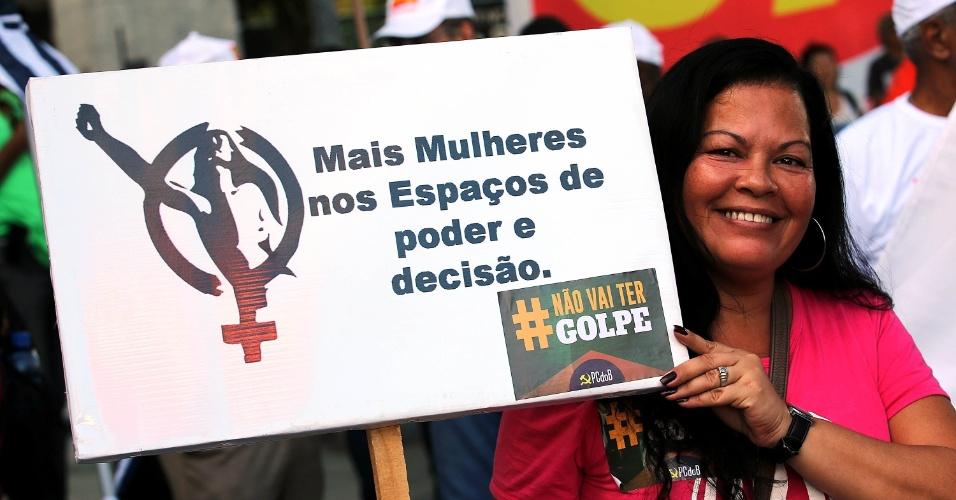 18.mar.2016 - No Rio de Janeiro, manifestante pede por mais mulheres no poder