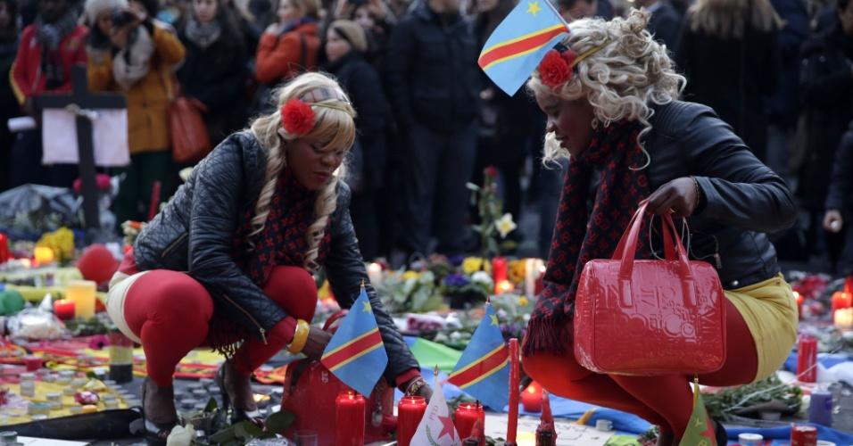 23.mar.2016 - Mulheres prestam homenagem em memorial improvisado em Bruxelas um dia depois do ataque terrorista cuja responsabilidade foi reivindicada pelo grupo Estado Islâmico. Líderes mundiais condenaram a carnificina e prometeram combater o terrorismo