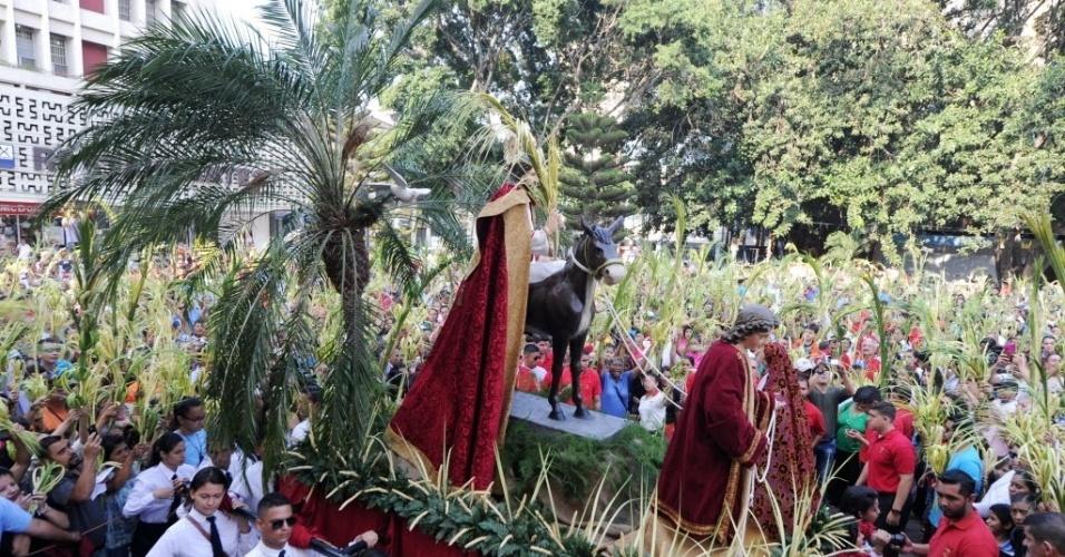 20.mar.2016 - Católicos participam das celebrações do Domingo de Ramos na cidade de Tegucigalpa, em Honduras. As festividades marcam o início da Semana Santa no país. O Domingo de Ramos representa a entrada de Jesus Cristo em Jerusalém, quando seus seguidores colocaram ramos de palmeira ao longo do caminho, antes de sua crucificação
