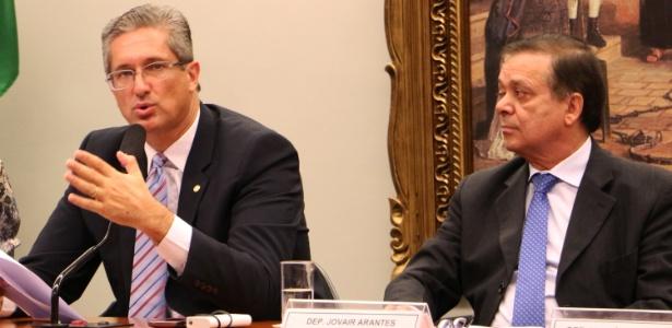 O presidente da comissão do impeachment, Rogério Rosso (à esq.), e o relator, Jovair Arantes