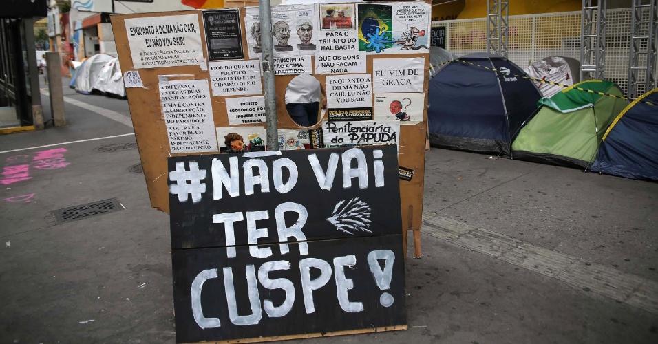"""26.abr.2016 - Protesto a favor do impeachment de Dilma Rousseff, na avenida Paulista, em São Paulo (SP), diz """"#naovaitercuspe"""", ironizando as últimas cusparadas ocorridas entre rivais políticos"""