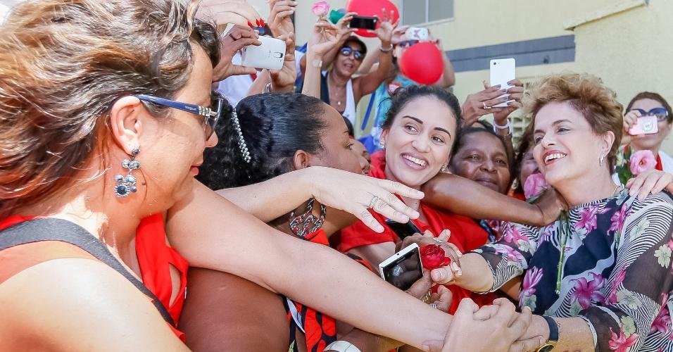 26.abr.2016 - Presidente Dilma Rousseff é recebida por multidão durante cerimônia de entrega de unidades habitacionais do programa Minha Casa, Minha Vida em Salvador (BA). No evento, ela disse ser vítima de uma injustiça ao citar o processo de impeachment