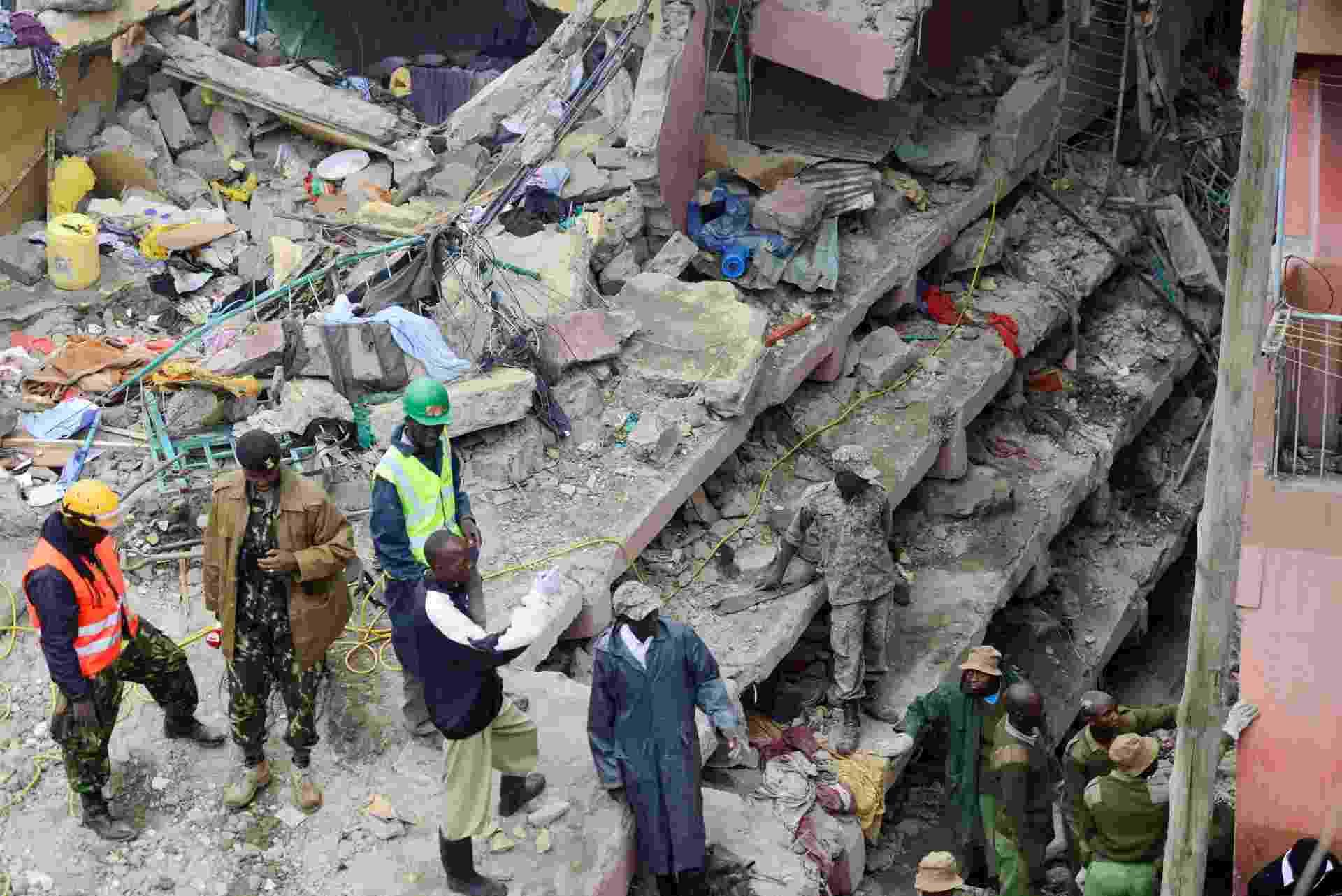 30.abr.2016 - Edifício em bairro pobre de Nairobi, Quênia, desaba após a cidade ser castigada durante todo o dia por fortes chuvas. Segundo a imprensa local, 14 pessoas morreram nas últimas horas em Nairóbi - incluindo sete que estavam no edifício - Harman Kariuki/Reuters