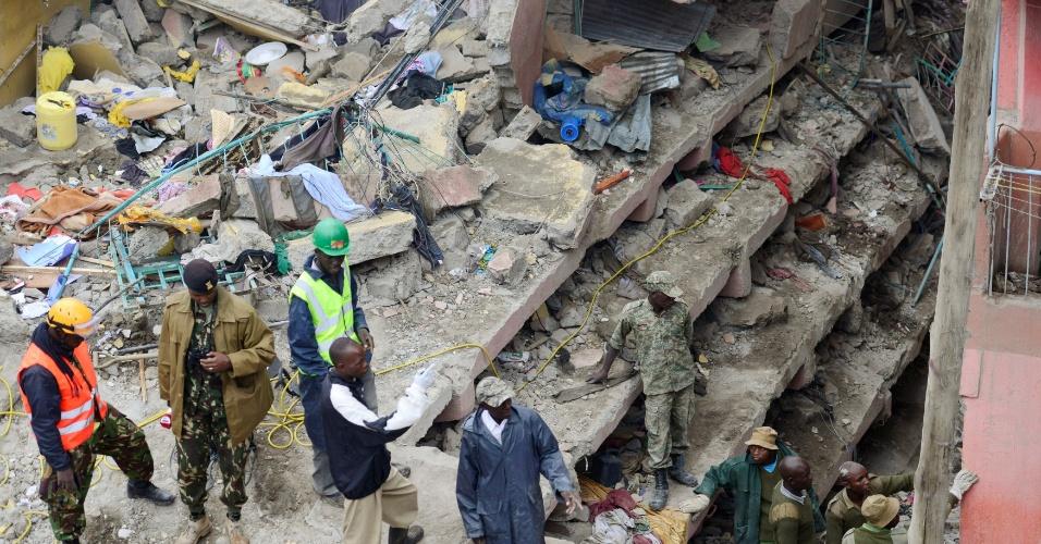 30.abr.2016 - Edifício em bairro pobre de Nairobi, Quênia, desaba após a cidade ser castigada durante todo o dia por fortes chuvas. Segundo a imprensa local, 14 pessoas morreram nas últimas horas em Nairóbi - incluindo sete que estavam no edifício