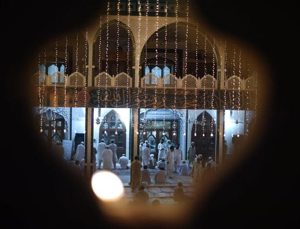 22.mai.2016 - Muçulmanos se reúnem para rezar em uma mesquita de Lahore, no Paquistão, neste domingo, para celebrar o Shab-e-Barat, uma das três noites sagradas do islamismo. O Shab-e-Barat é a noite da sorte e do perdão