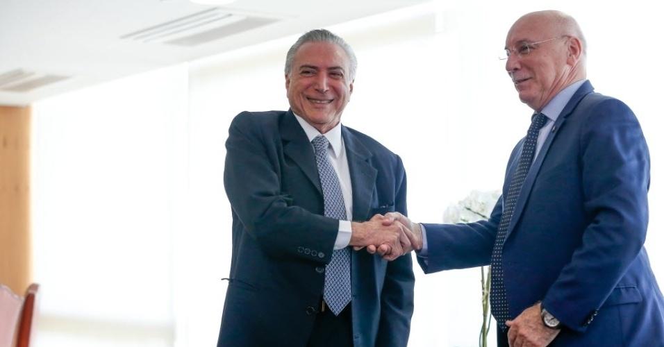 8.jun.2016 - O presidente interino, Michel Temer (PMDB), recebe o chanceler do Paraguai, Eladio Loizaga, no gabinete presidencial no Palácio do Planalto, em Brasília