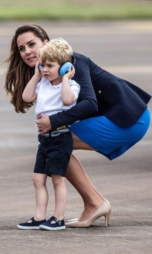 8.jul.2016 - O príncipe George usa um protetor auditivo durante a Royal International Air Tattoo, em Fairford, no leste da Inglaterra