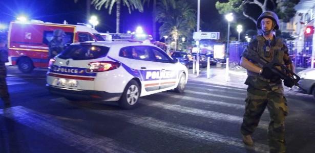 Soldados e policiais franceses fazem a segurança do local onde dezenas de pessoas foram mortas após um caminhão se chocar com uma multidão que celebrava o feriado da Queda da Bastilha, em Nice (França)