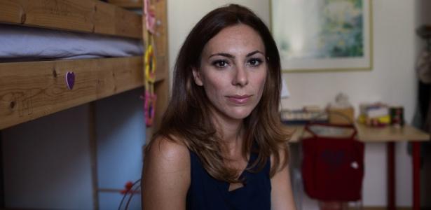 A jornalista Vittoria Iacovella, que tem duas filhas, em sua casa em Roma (Itália)