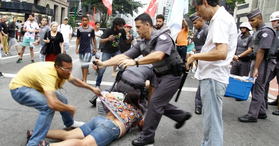 18.set.2016 - PMs usam gás de pimenta contra vendedores ambulantes na apreensão de bebidas vendidas durante ato contra o governo de Michel Temer na av. Paulista, em São Paulo